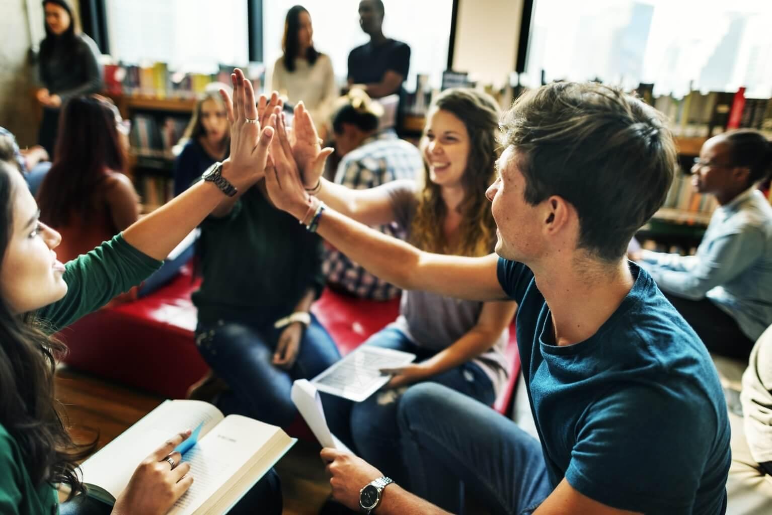 Groupe d'étudiants heureux se tapant dans la main - étudier en Irlande