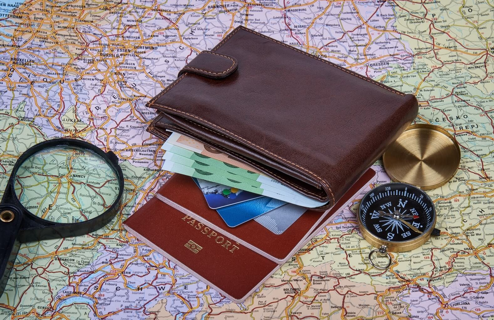 Carte, passeport, loupe, porte-feuille et boussole - formalités à suivre pour partir en Irlande