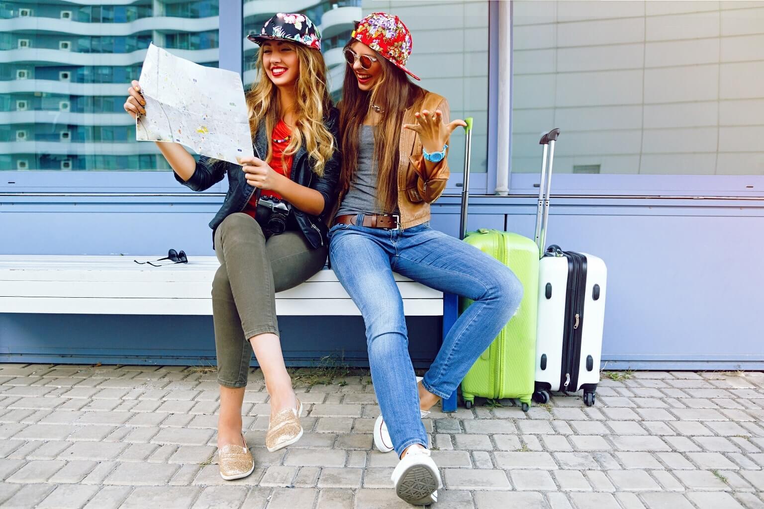 Transport en Irlande : deux jeunes filles consultant une carte