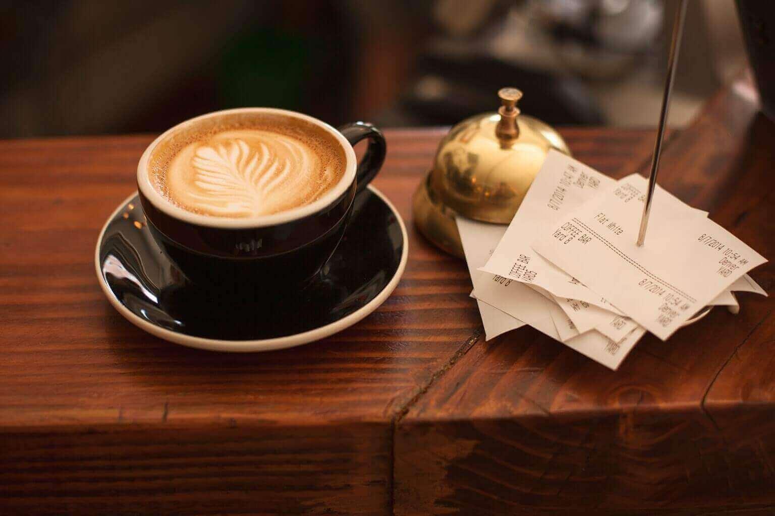 Coût de la vie à Ottawa : tasse à café avec l'addition