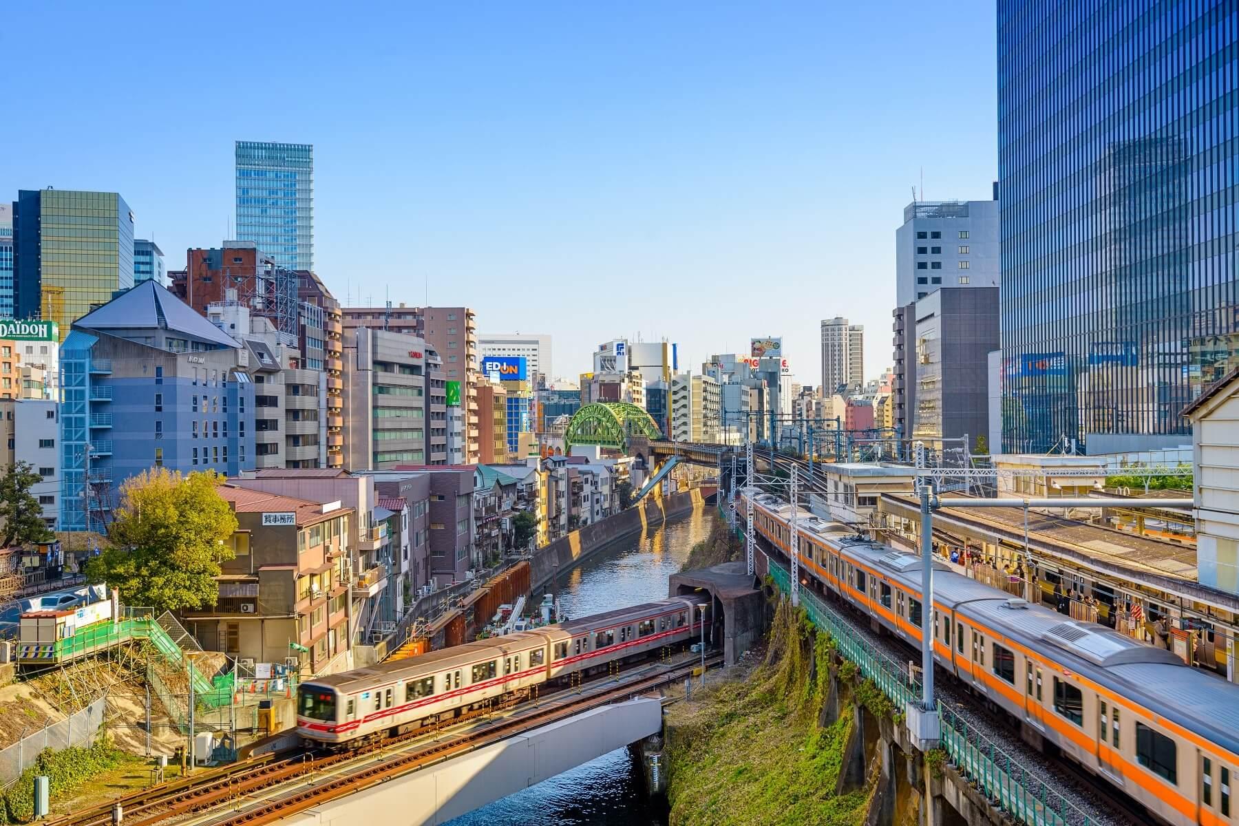 Trains passant au-dessus de la rivière Kanda, Ochanomizu, Tokyo, Japon.