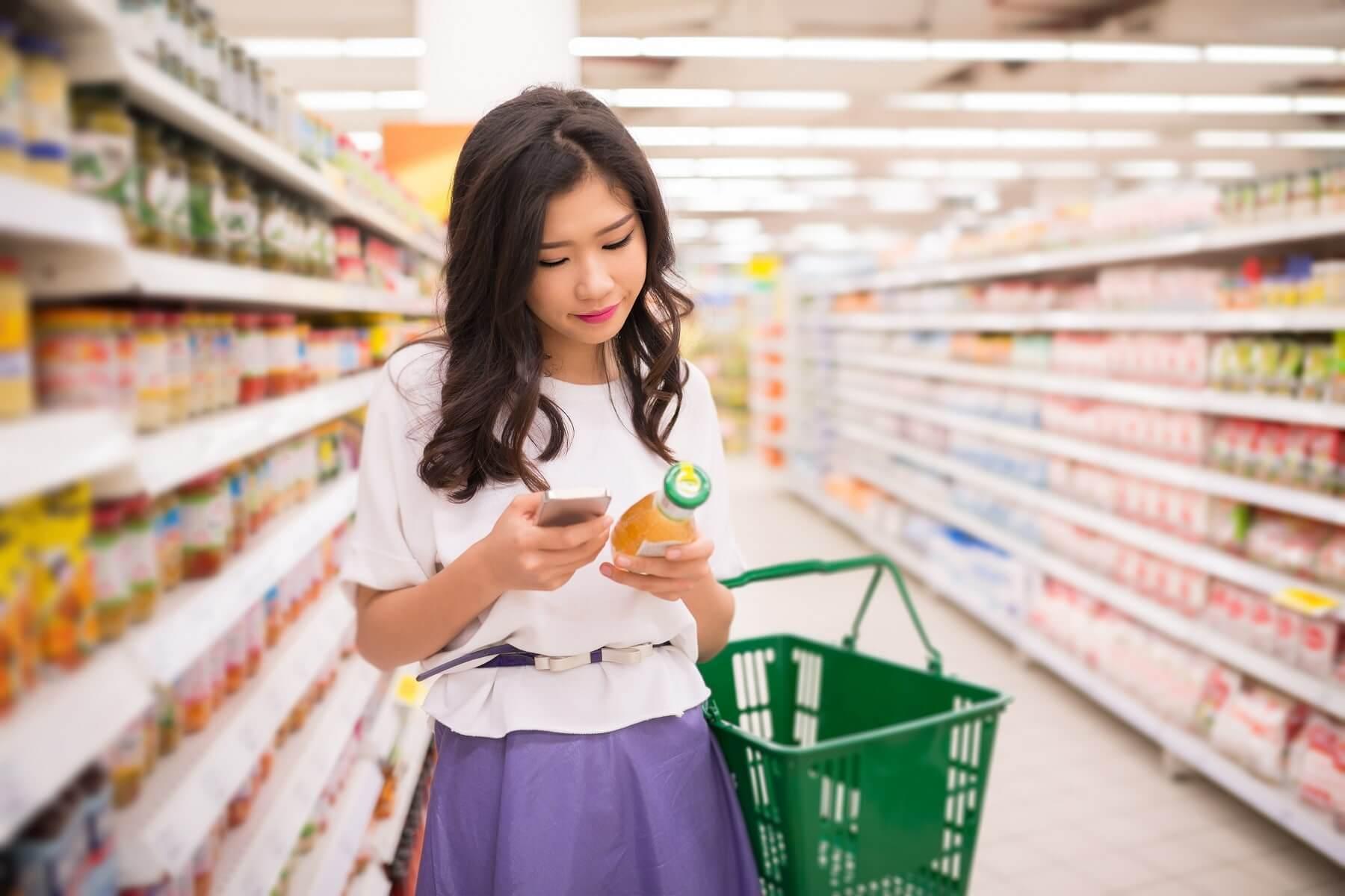 Jeune femme faisant ses courses, Tokyo, Japon